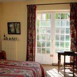 """Chambre """"Les Lavandes"""" avec lit double, salle de bain et toilettes"""