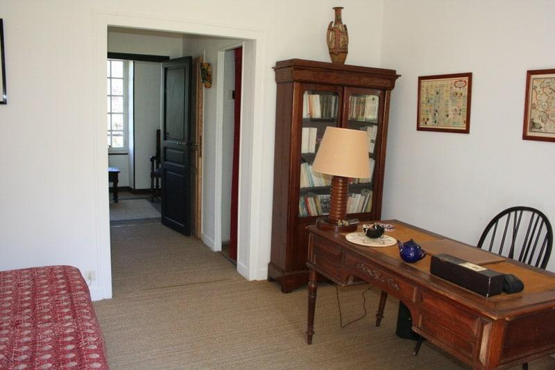 """Chambre """"Les Roses"""" avec lit double, salle de bain et toilettes"""