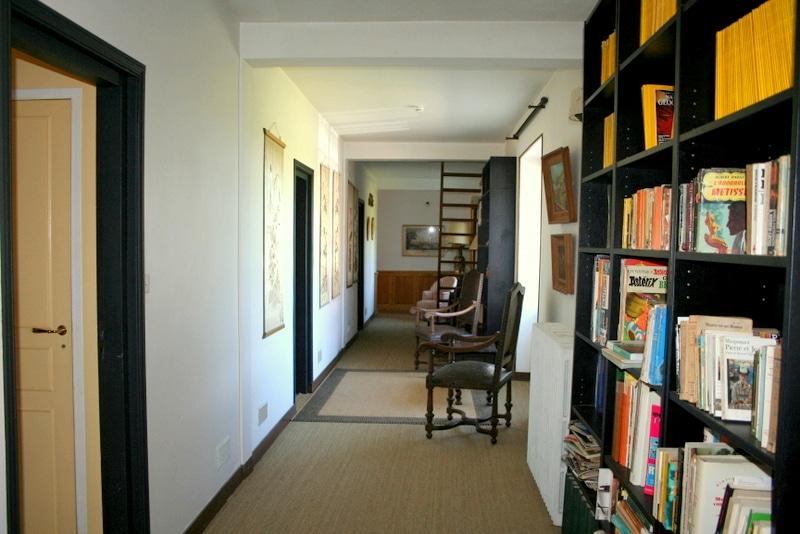 Couloir-bibliothèque pour accéder aux chambres